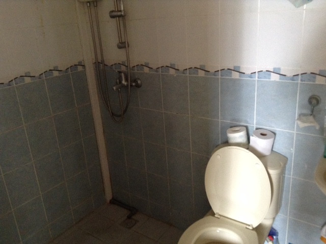 The shared toilet of the S$800 room